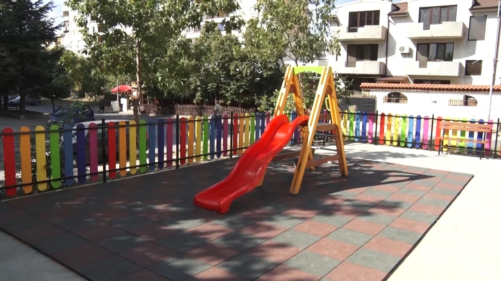 Нова детска площадка в Сливен.Съоръжението е изградено на мястото на незаконни гаражи