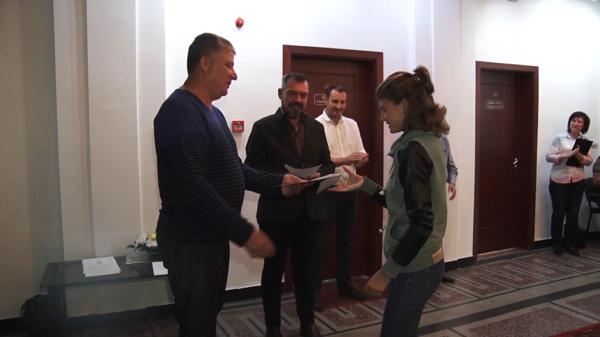 "Община ""Тунджа"" връчи финансови стимули на 23-ма ученици"