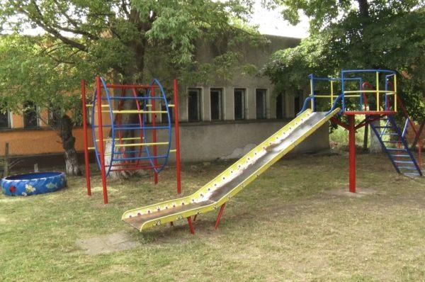 Деца обновиха детска площадка в Иречеково